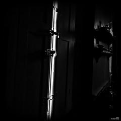 Là où la lumière est la plus vive, l'ombre s'épaissit d'autan. (Un jour en France) Tags: canoneos6dmarkii canonef1635mmf28liiusm noiretblanc noiretblancfrance lumière ombre contrejour fenêtre carré