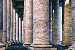 les colonnades de la place Saint Pierre de Rome (johann walter bantz) Tags: simplysuperb stil baroque bernini architecture xpro2 fujifilm petersplatz rom säulen rome laplacesaintpierrederome colonnades