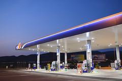 Petrolio (Vincenzo Elviretti) Tags: distributore benzina sette sorelle austerità diesel gas recessione economia follonica piombino toscana grosseto stazione di servizio autogrill mc donalds