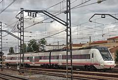 RENFE Class 599 3-car DMU No. 9-599-092-4 (leading power car) + 9-599-091-6 (rear) at Alcazar de San Juan on 19 Oct 2018 (Trains and trams eveywhere) Tags: class599 dmu renfe spain train railways station alcázardesanjuan spanishrailways espana caf