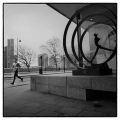 London (whootzs) Tags: 16feb2019 bronicasqa kodak london trix1600 xtol 11 street streetphotography jogging sculpture context