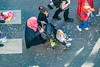 116-Poussette (Alain COSTE) Tags: bordeaux carnaval coursvictorhugo déguisement enfants lesgens parkingvictorhugo pointdevue procession sociabilité confetti défilé hauteur mère passagepiéton podium poussette rue gironde france fr