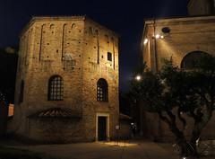 Ravenna - notturno 1 (antonella galardi) Tags: emilia romagna ravenna natale 2018 città notte battistero neoniano