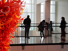 En el museo de arte (Just Back) Tags: arte bellasartes columbia sc museo chihuly glass red orange fineart humanidades chicos hombre mujeres familia ninos kids learn light floor architecture fisico