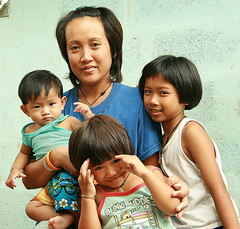 mother with her children (the foreign photographer - ฝรั่งถ่) Tags: mother three children khlong thanon portraits bangkhen bangkok thailand canon