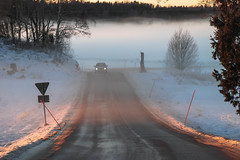 Sunset road (RdeUppsala) Tags: uppland roslagen road ricardofeinstein ruta camino campo auto bil car forest fog mist dimma niebla luz light ljus naturaleza nature natur winter vinter invierno nieve snow snö sverige suecia sweden sunset solnedgång atardecer