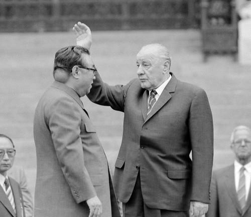 Rare photo of Kim Il-sung's baseball sized tumor on his neck, 1984