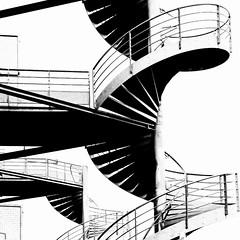 Lyon - Escaliers de secours à la Sucrière. (Gilles Daligand) Tags: lyon rhône lasucrière escaliersdesecours métal colimaçon noiretblanc bw monochrome graphisme silhouette