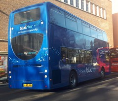 Bluestar 1557 is loading up on Vincent's Walk while on route 17. - HJ63 JMV - 9th January 2019 (Aaron Rhys Knight) Tags: 1557 hj63jmv bluestar 2019 vincentswalk southampton hampshire gosouthcoast goahead alexanderdennis enviro400