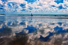 Passeio à beira mar (Zéza Lemos) Tags: mar algarve água areia aves portugal praia reflexos rochas reflections natureza natur nuvens núvens vilamoura céu capture canon imagem