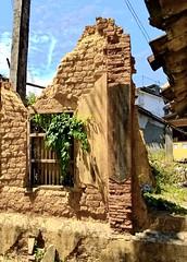 Ruin in Dikwella, Sri Lanka (paaddor) Tags: ruine srilanka exploringsrilanka cityphotography cityscape tropical ruinous wall