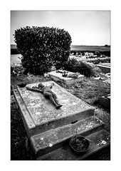 Frères, je vous trompais : Abîme ! abîme ! abîme ! (Scubaba) Tags: europe france pasdecalais noirblanc noiretblanc blackwhite bw cimetière cemetery