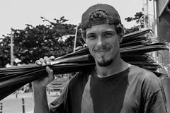 O artista das folhas de coqueiro (Lente Quente) Tags: salvador bahia nordeste brazil beach turism veridianeparize landscape people