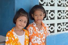 girls in their songkran shirts (the foreign photographer - ฝรั่งถ่) Tags: two girls children songkran shirts khlong thanon portraits bangkhen bangkok thailand nikon d3200