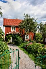 IMG_2686-1 (Andre56154) Tags: schweden sweden sverige haus house holzhaus gebäude building himmel sky wolke cloud tor gate