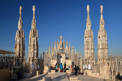 Milan cathedral roof (Thomas Roland) Tags: europe travel efterår autumn herbst 2018 nikon d7000 europa city by milan milano cathedral katedral duomo church kirche kirke building tourists tourism italy italia italien façade rooftop roof spire carving sky himmel blue tag top view udsigt