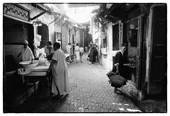 82208_08 Fès, Morocco, 1982 (Wolfgang_Kraus) Tags: morocco maroc marokko analog film ilford hp5 id11 pentax mx smcpentaxm28mmf28 monochrome schneiderkreuznach adapted 11 xenon zirconia k1 dslrscanning linescan industriallens piplkan