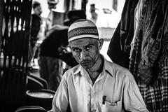 Mumbai (XXXVII) (manuela.martin) Tags: bw blackandwhite schwarzundweis streetphotography mumbai india foreignpeople people peoplephotography