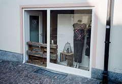 Come in and find out (Dalli Klick) Tags: paradies200 digibasec41 nikoncoolscanv olympusaf10 eltville hautecouture
