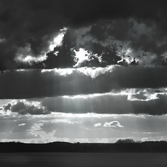 Saute-nuage... (Philippe Chardet) Tags: nuages sky clouds poetic abstract abstrait monochrome noiretblanc ciel blackwhite carré square