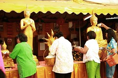 paying respect to the buddha (the foreign photographer - ฝรั่งถ่) Tags: paying respect buddha people wat prasit mahathat bangkhen bangkok thailand canon