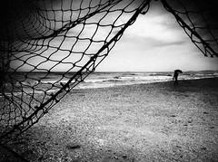 (Effe.Effe) Tags: bn bw blackandwhite biancoenero sea mare rain pioggia umbrella ombrello shore beach spiaggia riva rete net