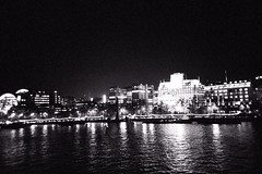 Thames by Night (romain@pola620) Tags: 35 35mm 135 3200iso 3200 tmax3200 tmax kodak 1600iso 1600 analog analogue analogique argentique film pellicule london londres uk greatbritain black blackwhite blackandwhite noir noirblanc noiretblanc monochrome gris grey grain grainy lca lomo lomography old low lowfi lofi vintagecamera vintage town city oldtown night nightime nightshot nightonearth nightlife londonbynight availablelight dark darkness thames tamise