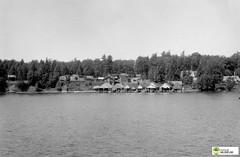 tm_6774-1947 (Tidaholms Museum) Tags: svartvit positiv blackandwhite fjord båthus boathouse boat vatten water