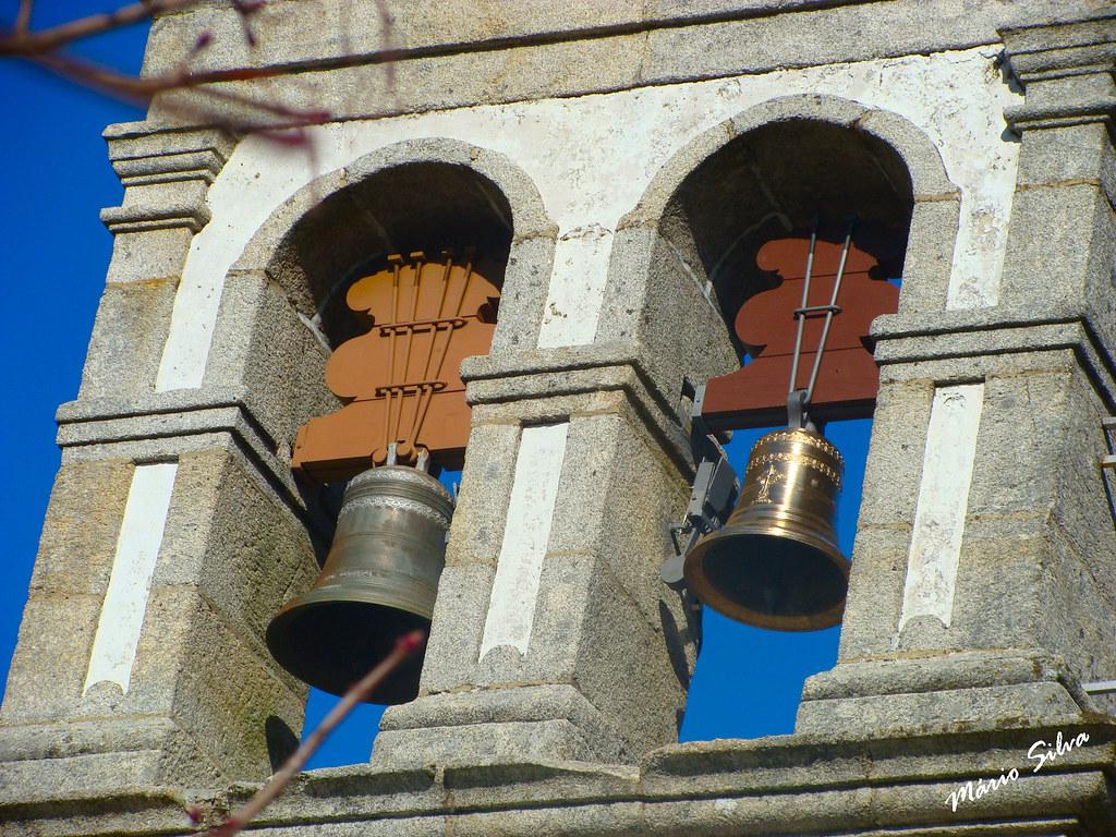 Águas Frias (Chaves) - ... pormenor da torre sineira da igreja matriz (note-se no sino que esplendorosamente brilha, mesmo sem se ouvir as suas sonoras badaladas ...)