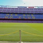 Absperrkette am Fußballfeld des Camp Nou Stadions des FC Barcelona, mit blau-lila Tribüne im Hintergrund, in Spanien thumbnail
