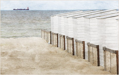 Sur la plage de Knokke, Belgium (claude lina) Tags: claudelina belgium belgique belgië knokke merdunord noordzee plage sable beach cabines bateau