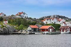IMG_2300-1 (Andre56154) Tags: schweden sweden sverige meer ozean ocean küste coast wasser water häuser houses sky boat building