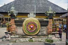 (kuuan) Tags: voigtländerheliarf4515mm manualfocus mf voigtländer 15mm aspherical f4515mm sonynex5n nex5n superwideheliar bali indonesia purapenataransasih pejeng odalan temple entrance