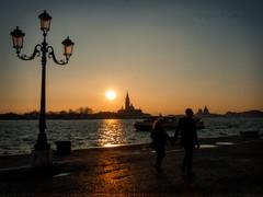 Walking Venezia (Laponet) Tags: la maulet robert venecia venezia venetto italia italy europa e3 olympus sun sunset ocaso atardecer couple pareja