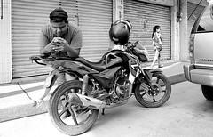 Ve tú, acá te espero en la moto (Marcos Núñez Núñez) Tags: streetphotography street calle motocicleta celular móvil blackandwhite bw blancoynegro mx oaxaca tuxtepec film filmphotography analog analógico fotografíaanalógica kodaktmax400 nikon nikonn55