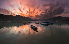 Aquel que quiere viajar feliz, debe viajar ligero (Ivan Ant) Tags: nepal
