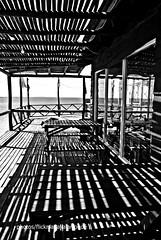Parador ,sombras,mar, verano (Aprehendiz-Ana Lía) Tags: bw bn nikon argentina lasgrutas rionegro mar sombras reflejos analialarroude imagen rectas verano