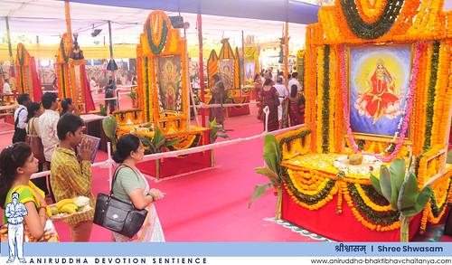 Shraddhavans performing pradakshina while taking darshan of the various forms of Aadimata Chandika at Shree Shwasam | 'श्रीश्वासम्' मधील आदिमाता चण्डिकेच्या विविध रूपांचे दर्शन घेत प्रदक्षिणा करताना श्रद्धावान