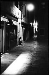 ve_neo1600_5 (Andrea Chiggiato) Tags: monochrome bw black blackwhite blackandwhite fineart street silhouette f28 architecture city people analogico argentique città emotions venice