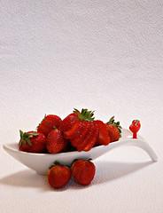 2019 Sydney: Sunny Strawberry (dominotic) Tags: 2019 food fruit strawberry red sunnystrawberry foodphotography yᑌᗰᗰy macro sydney australia