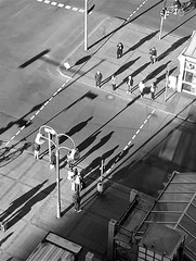 la démesure (pierre-vdm (please don't fave without comment)) Tags: berlin strasse rue street leute gens people streetphotography schatten ombre shadow sonne soleil sun stadt ville city bahnhof bahnhofzoo gare station