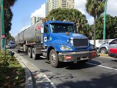 Freightliner Columbia (RD Paul) Tags: truck camion dominicanrepublic repúblicadominicana santodomingo trucks camiones freightlinercolumbia