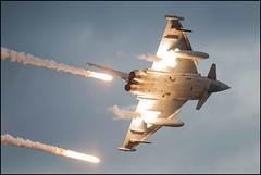 Maniobras de Eurofighter (Ejército del Aire Ministerio de Defensa España) Tags: eurofighter typhoon bengalas caza fighter cielo sky nubes clouds vuelo flight maniobra entrenamiento ala11 jet flare maneuver aviación aviation combat combate plane airplane aircraft