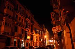 Valletta night (DameBoudicca) Tags: malta malte マルタ valletta lavaleta lavalette lavalletta バレッタ streetshot streetphotography night natt nacht notte nuit noche 夜 street gata strase calle rue strada 道