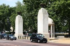 London: LTI TX4 Taxi am Constitution Hill (Helgoland01) Tags: london uk england taxi auto car capital hauptstadt denkmal memorial