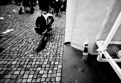 000939 (la_imagen) Tags: sw bw blackandwhite siyahbeyaz monochrome street streetandsituation sokak streetlife streetphotography strasenfotografieistkeinverbrechen menschen people insan lindau lindauimbodensee fool narr narrensprung swabianalemannicfastnacht schwäbischalemannischefastnacht fasnet fastnacht fasching fastnet fünftejahreszeit diefünftejahreszeit carnival karneval alcohol underberg witch