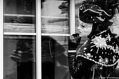 Par la fenêtre (Elyane11) Tags: annecy auvergnerhonealpes carnavalvénitien france hautesavoie rue reflets masque fenêtre
