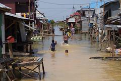Tonle Sap, Camboya (Ramon Iesso) Tags: camboya water aigua flood children asia