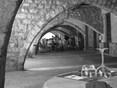 Dejeuner sous les arcades (CTfoto2013) Tags: buislesbaronnies france paca summer ete arcades voutes tables bn bw noiretblanc blackandwhite blancoynegro streetphotography scenederue lumix panasonic monochrome architecture provence