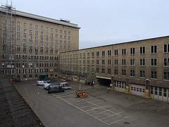 Flughafen-Tempelhof_e-m10_1013107407 (Torben*) Tags: rawtherapee olympusomdem10 olympusm12mmf20 berlin kreuzberg flughafentempelhof thf flughafen fassade facade architektur architecture innenhof courtyard parkplatz parkinglot